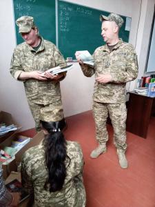 """190 навчальному центру подаровано книги за проєктом """"Військо Читає"""""""